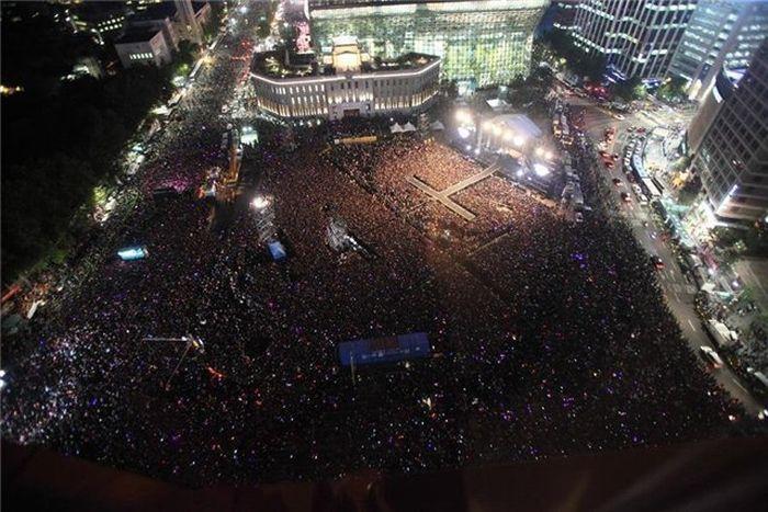 Толпа людей на концерте (видео)