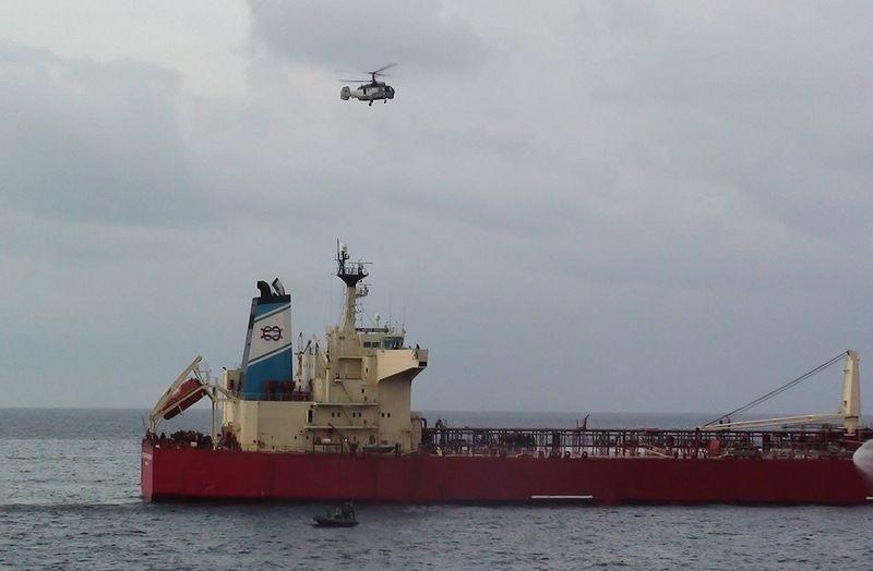 Освобождение захваченного танкера (70 фото + 1 видео)