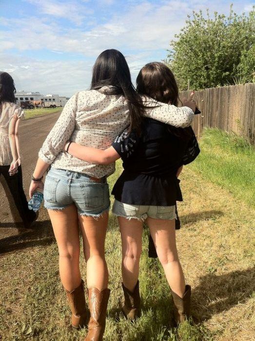 Chicas en pantalones muy cortos 15