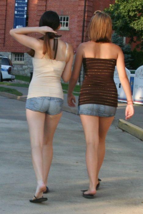 Chicas en pantalones muy cortos 16