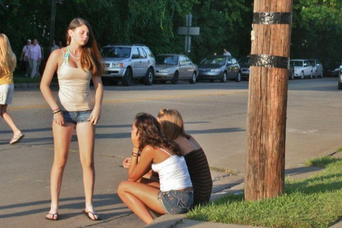 Chicas en pantalones muy cortos 17