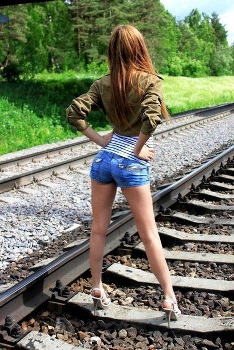 Chicas en pantalones muy cortos 29