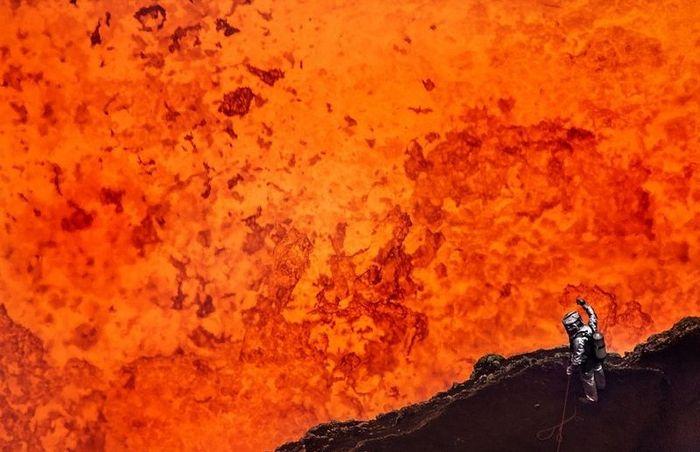 Человек спустился в кратер вулкана Marum (8 фото)