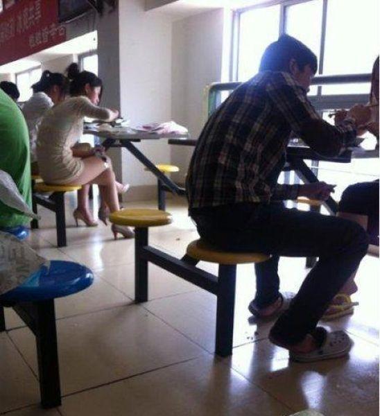 Китайская девушка в студенческой столовой (3 фото)