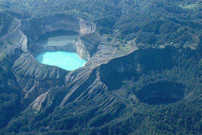 Индонезийские трехцветные озера (20 фото)