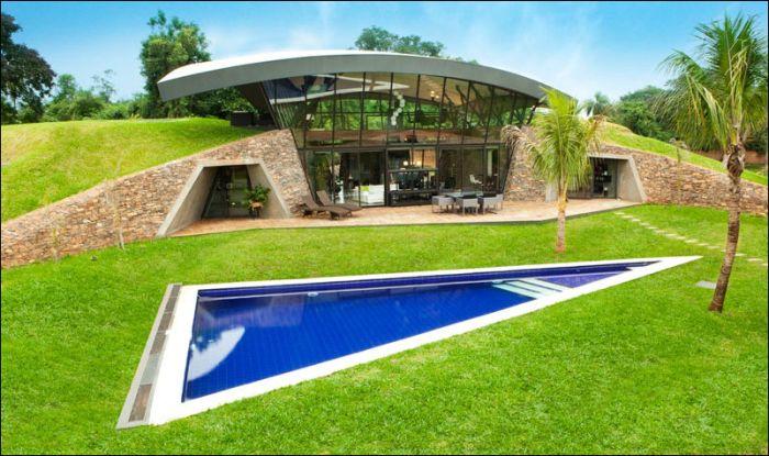 Эко-дом, спроектированный внутри холма (13 фото)