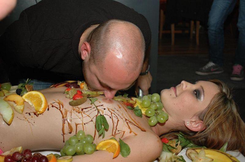 голая девушка украшенная едой в ресторане палате