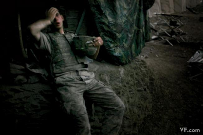 Январь 2008: Американский солдат, истощенный ежедневными боями в афганистанской долине Коренгал. Photograph by Tim Hetherington. (за эту карточку фотограф получил World Press Photo of the Year award for 2007)