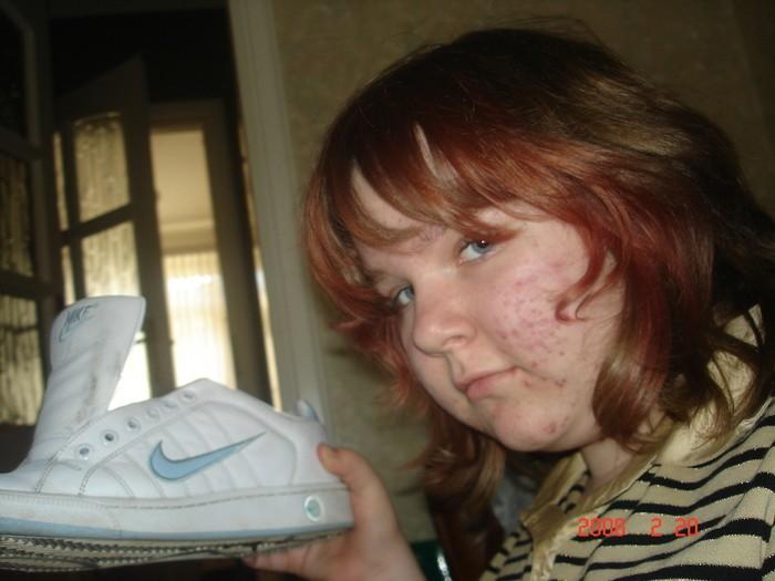 Сем ПриветЬ прошу зделать мне 2 фотки на первой фотке зделайте чтобы значок Nike светился или прост был голубым а остальная фотка была серой вторая фотка в комменте