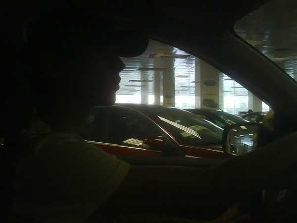 Сделайте так, чтобы не было видно что бы это фотошоп, задача в том, чтобы сделать так, чтобы был эфект того что этот пернь едит по трассе чтобы за окном было расплывчато, но виделся какой нить фон, и в боковом зеркале тож))) И если можно, то и немного посветлей))) ПОЖАЛУЙСТА!!!! ЭТО ДЛЯ МОЕГО ПАРНЯ!! ОЧ ОЧ ОЧ И ОЧ ВАС ПРОШУ1 ПОСТАВЛЮ ВСЁ, ЧТО ПОПРОСИТЕ!!!!!!))) ПОЖАЛУЙСТА!!!))))