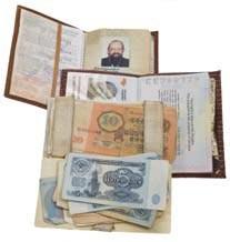 Средний этаж: правый полупотайной (застежка — под мышкой)<br> 9. Внутренний паспорт гражданина Украины<br> 10. Заграничный паспорт гражданина Украины<br> 11. Небольшая коллекция банкнот (в основном вышедших из обращения)