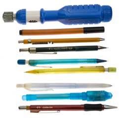 Cредний этаж: второй слой: левый вертикальный у застежки<br> 65. Механические карандаши с грифелями 0,5 мм разных цветов.<br> 66. Шариковые ручки<br> 67. Отвертка со сменными насадками и храповым механизмом