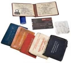 Нижний этаж: передний слой: левый крайний<br> 95. Набор инструментов в пластиковом чехле формата банковской карты<br> 96. Недействительные служебные удостоверения<br> 97. Читательские билеты нескольких библиотек<br> 98. Таблетки обезболивающего (ибупрофен) в блистере<br> 99. Газовая зажигалка