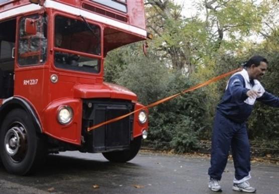 Манжит Сингх (Manjit Singh) дернул волосами двухэтажный лондонский автобус и протащил его 21.2 метра.