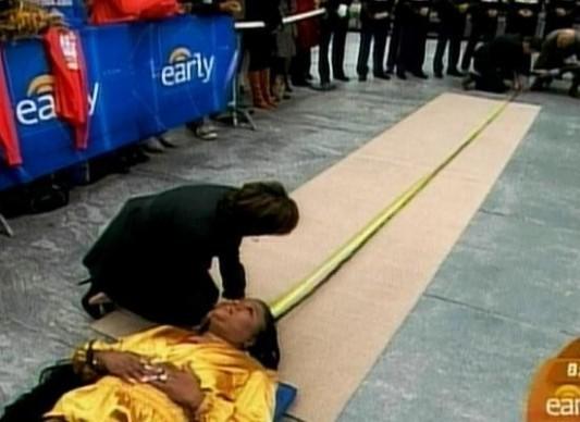 Эша Мандела (Asha Mandela) побила собственный рекорд самых длинных дредов - 21 метр.