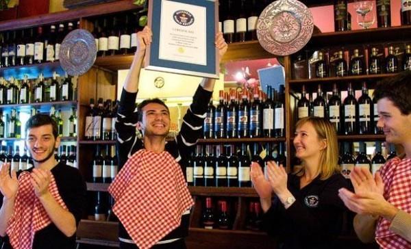Эрнесто Чезарио (Ernesto Cesario) установил рекорд по поеданию тарелки с пастой - 1 мин 30 сек.