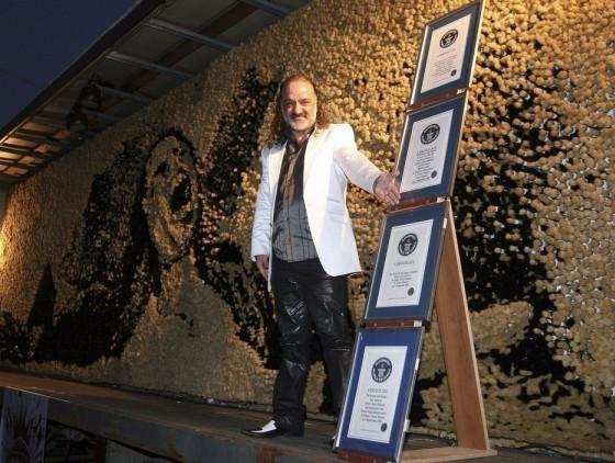 Албанский художник Саймир Страти сделал мозаику (10 на 2.6 метра) Майкла Джексона из 250 тыс кисточек.