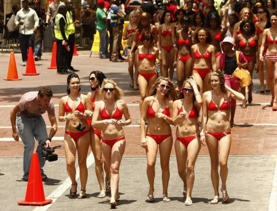 Ну и напоследок, уже известные рунету, участницы в Йоханесбурге пытались побить рекорд самого большого парада в бикини.