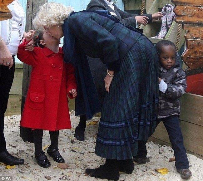 Королевская попа Камиллы ударила мальчика (3 фото)