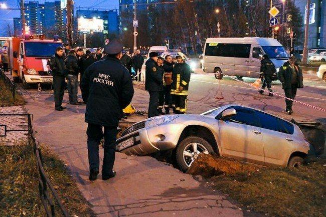 На западе Москвы под землю провалились два автомобиля (22 фото)