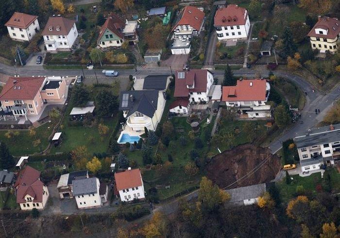 В Германии в центре города Шмалькальден провалилась земля (12 фото)