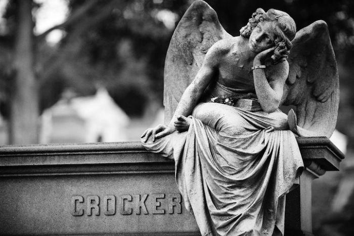 Оригинальные скульптуры на кладбищах (20 фото)