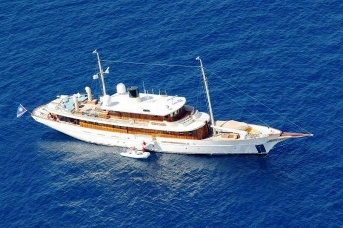 Джонни Депп сдает свою яхту на лето (12 фото)