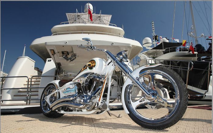 Купив мотоцикл - яхта в придачу (5 фото)