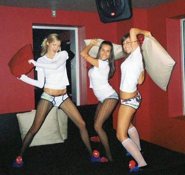 Девушки бьются на подушках (23 фото)