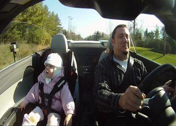 Папаша катает дочь на Audi R8 V10 Turbo