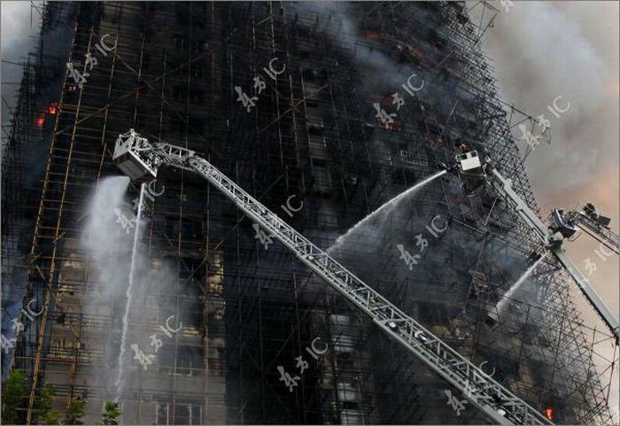 Пожар в высотном здании в Шанхае (30 фото)
