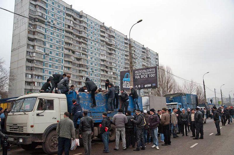 """Вся улица практически от метро с обеих сторон заставлена грузовиками и """"Газелями"""" с живым товаром."""