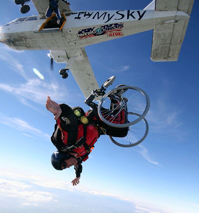 Звезды экстремального телешоу «Nitro Circus» Джолен Ван Вугт, Эрик Ронер и еще 8 человек совершают прыжки с парашютом на инвалидных колясках, тем самым представляют свой тур в Новой Зеландии, 16 ноября, Матамата, Новая Зеландия. (Global Action Sports via Getty Images)