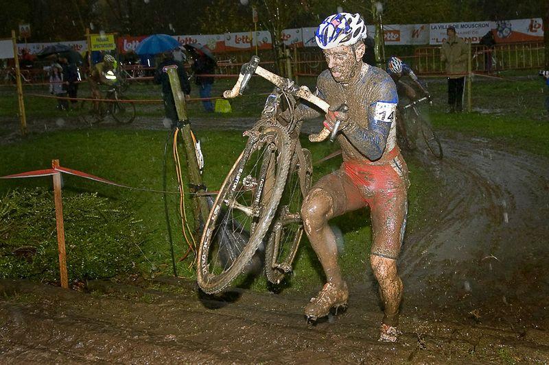Франсис Мури из команды «Francaise Des Jeux» на трассе велокросса «Wallonia Grand Prix» в бельгийском Доттигнисе, 13 ноября. (PETER DECONINCK/AFP/Getty Images)