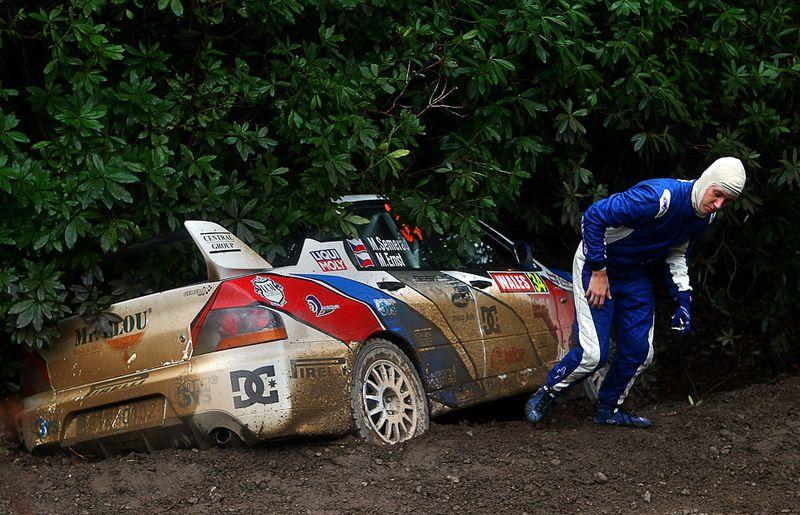 Мартин Семерад покидает свой автомобиль после аварии на 3-ем этапе ралли «Wales Rally GB», 14 ноября, Уэльс. (Julian Finney/Getty Images)