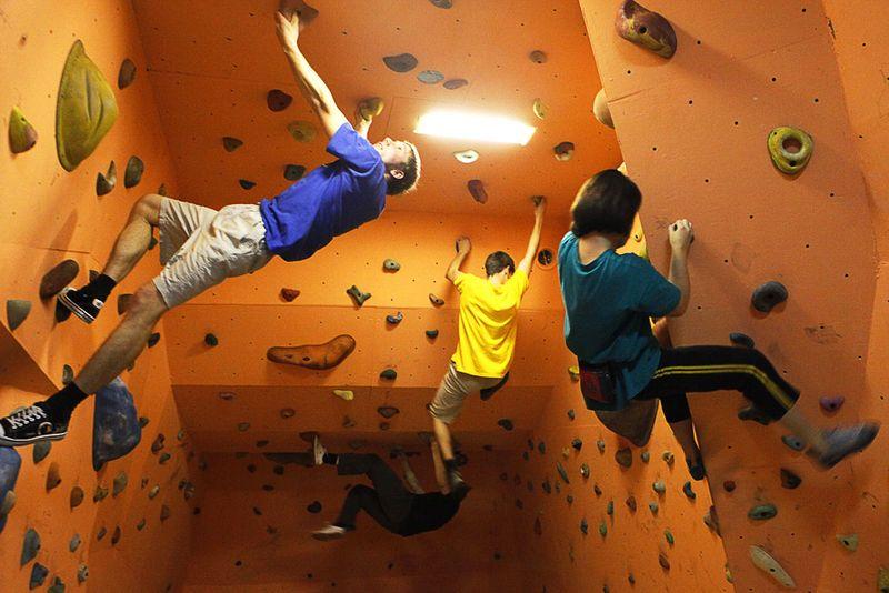Тренировка любителей альпинизма в Красноярске, 17 ноября. Три таких зала, расположенных в подвалах многоэтажных домов, стали частью программы местных властей и школы спасателей, направленной на развитие молодежного спорта. (REUTERS/Ilya Naymushin)