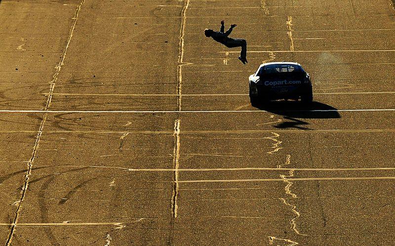 Карл Эдвардс после победы на гонке NASCAR демонстрирует всем трюк под названием бэкфлип, 13 ноября, Аризона. (Robert Laberge/Getty Images)