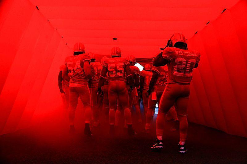 Команда Сан-Франциско по футболу «49ers» выходит на поле на матч с «St. Louis Rams», 14 ноября, Сан-Франциско. (Ezra Shaw/Getty Images)