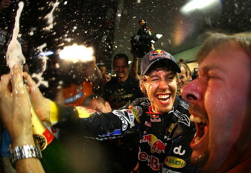 Себастьян Феттель вместе со своей командой празднует победу в чемпионате в Абу-Даби на Формуле Гран-при, 14 ноября. (Vladimir Rys/Getty Images)