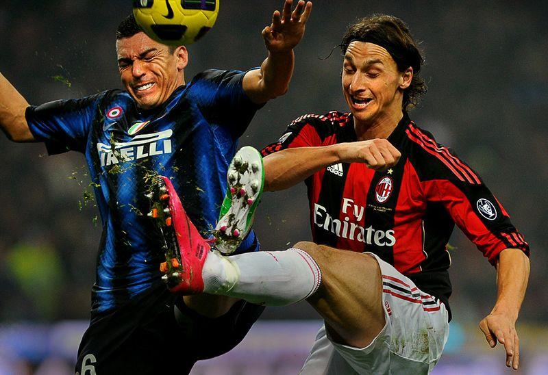 Златан Ибрагимович из клуба «AC Milan» сражается за мяч с Луцио из «Inter Milan» во время футбольного матча итальянской Серии А в Милане, 14 ноября. (OLIVIER MORIN/AFP/Getty Images)