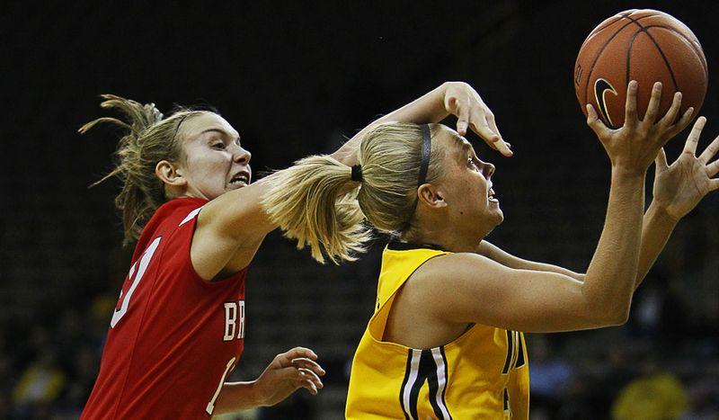 Джейми Принти из «Iowa» отправляет мяч в корзину во время первой половины баскетбольного матча NCAA колледж-лиги, 16 ноября. (AP Photo/Charlie Neibergall)