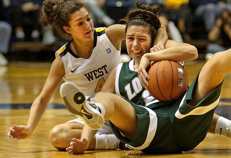 Борьба за мяч меду Брук Хэмптон (слева) из «West Virginia» и Кэти Шихин из «Loyola» во второй половине матча NCAA колледж-лиги в Западной Вирджинии, 12 ноября. (AP Photo/David Smith)