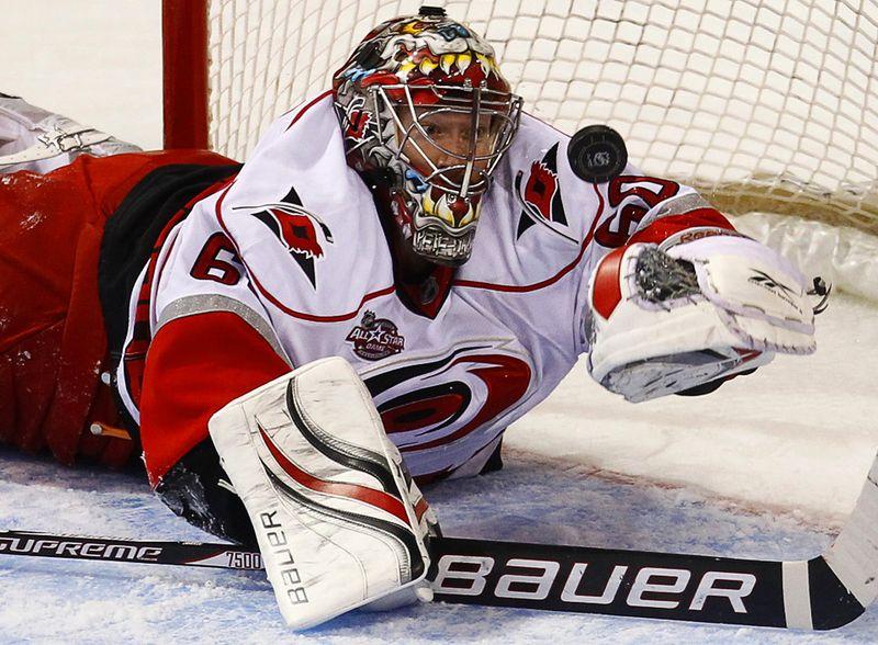 Вратарь команды «Carolina Hurricanes» Джастин Питерс пропускает шайбу от хоккеиста «Montreal Canadiens» Бенуа Пули во время второго периода матча НХЛ в Монреале, 13 ноября. (REUTERS/Shaun Best)