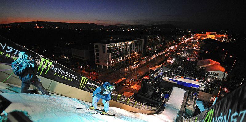 Лыжник готовится совершить прыжок с 33-ех метрового трамплина и приземлиться на площадь «революции 1956 года» в Будапеште. 13 ноября в Венгрии состоялся первый фестиваль зимних видов спорта в новом сезоне. (ATTILA KISBENEDEK/AFP/Getty Images)