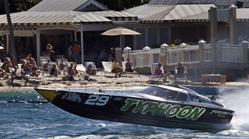 Лодка под названием «Тайфун» проходит мимо удивленных зрителей, направляясь на место старта гонки между моторными суднами, 14 ноября. (AP Photo/Florida Keys News Bureau/Andy Newman)