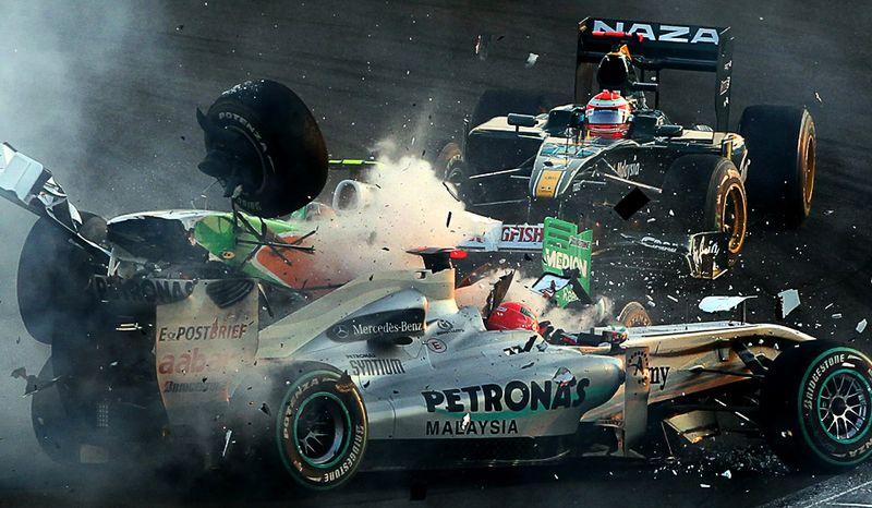 Столкновение болидов Михаэля Шумахера и Витантонио Льюцци в Абу-Даби на трассе Формулы-1, 14 ноября. (KARIM SAHIB/AFP/Getty Images)