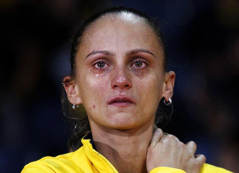 Слезы бразильской волейболистки Фабиано де Оливейры во время церемонии награждения в Токио, где она вместе со своей командой уступила в финальном матче Чемпионата Мира сборной России и завоевала серебряную медаль. (REUTERS/Issei Kato)