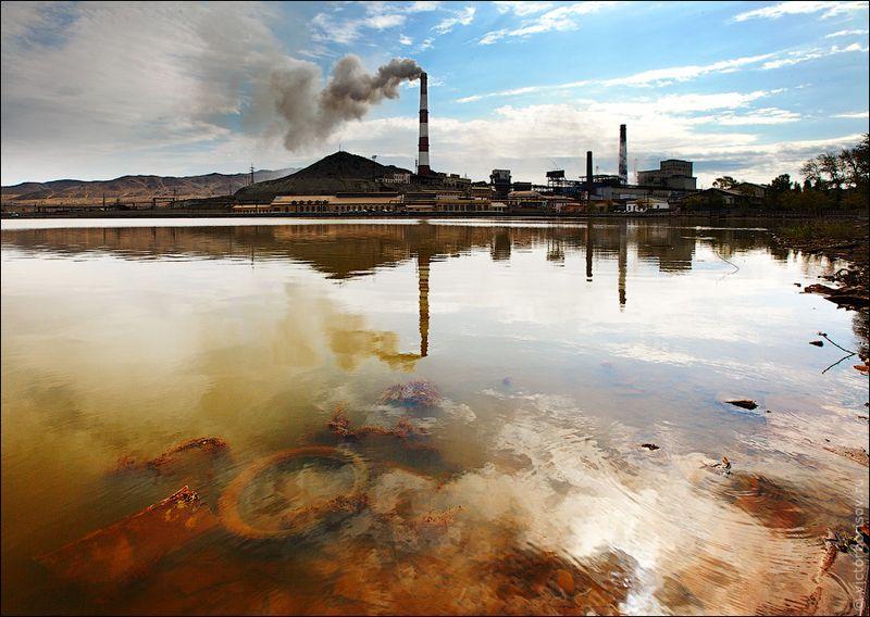 1. За 100 лет комбинат успел выжечь и засыпать шлаком огромную территорию вокруг себя. За год работы комбинат выкидывает в атмосферу более 180 тонн газов, которые выпадают в виде кислотных дождей на прилегающую территорию.