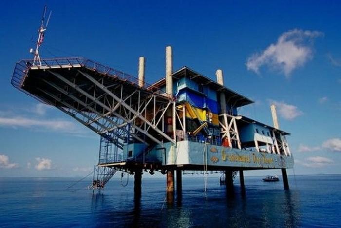 Гостиница на нефтяной платформе (8 фото)