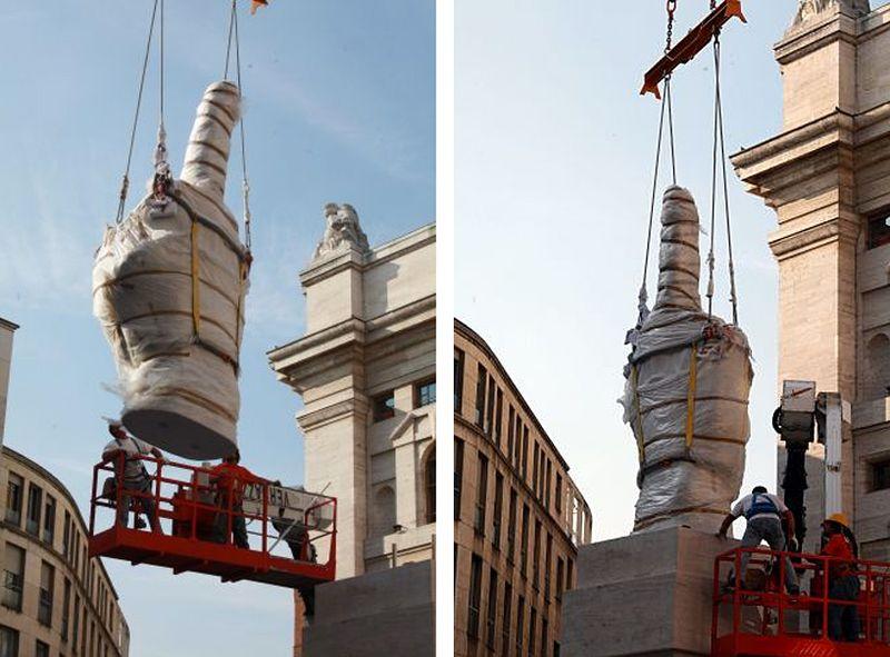 Необычный памятник в Милане (9 фото)
